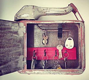 Skříňka na klíče vyrobená z kanystru